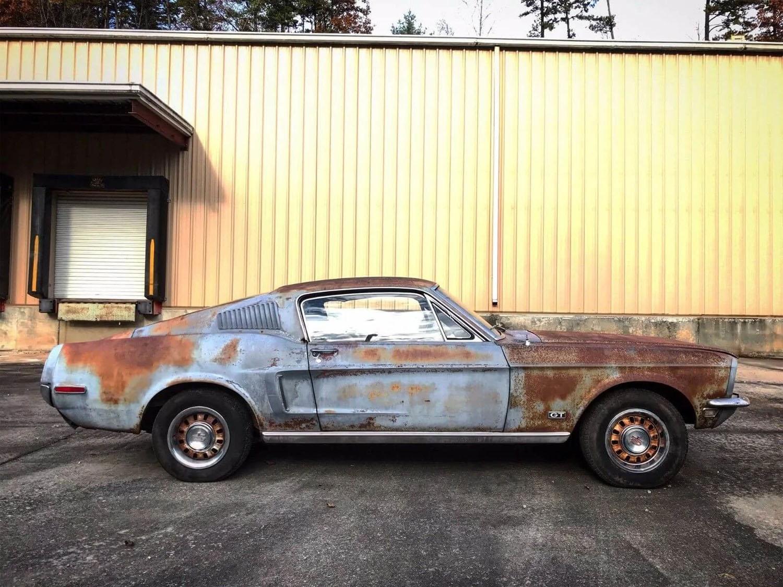 Najkurióznejšia kúpa: kúpil Mustang aj s urnou majiteľa!