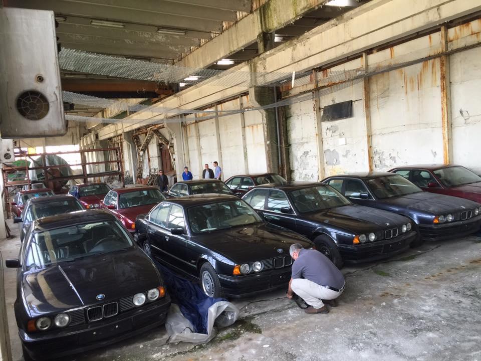 11 nikdy nejazdnených BMW 5 Series E34 z roku 1994 v opustenom sklade