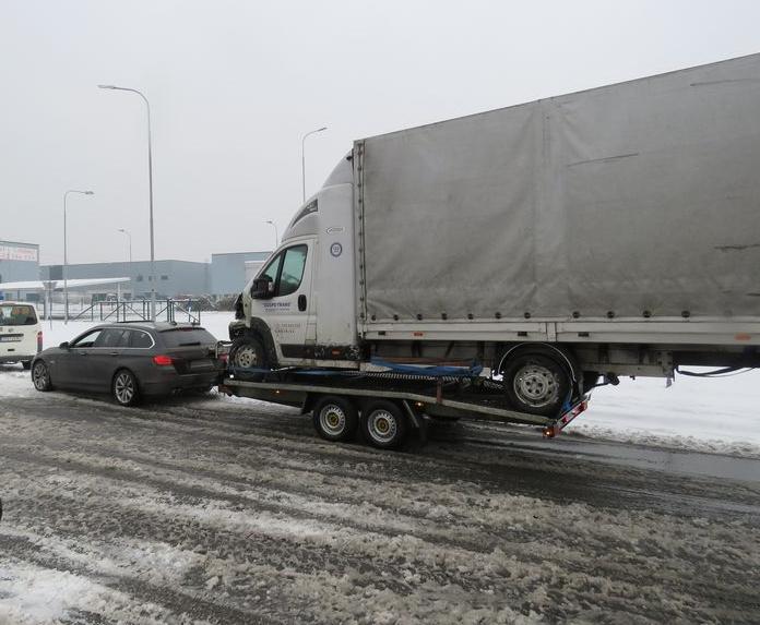 Kuriózna pokuta z ČR: 1 970€ za odfotený vodičák a dodávku na vlečke BMW!