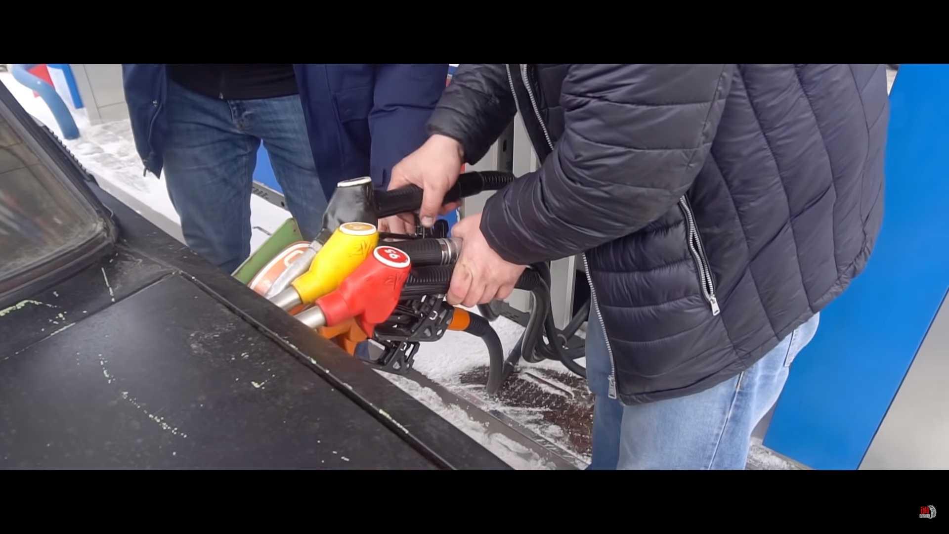 VIDEO: Rus do auta natankoval 5 druhov paliva. Rozbehlo sa?