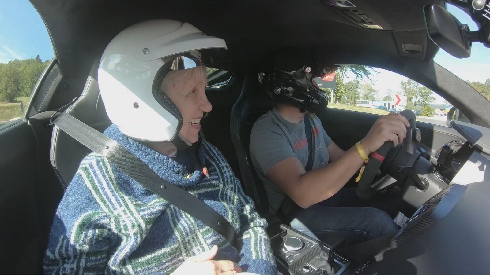 VIDEO: 80 ročnú babičku odviezol rýchlosťou 300 km/h, tá je hitom internetu!