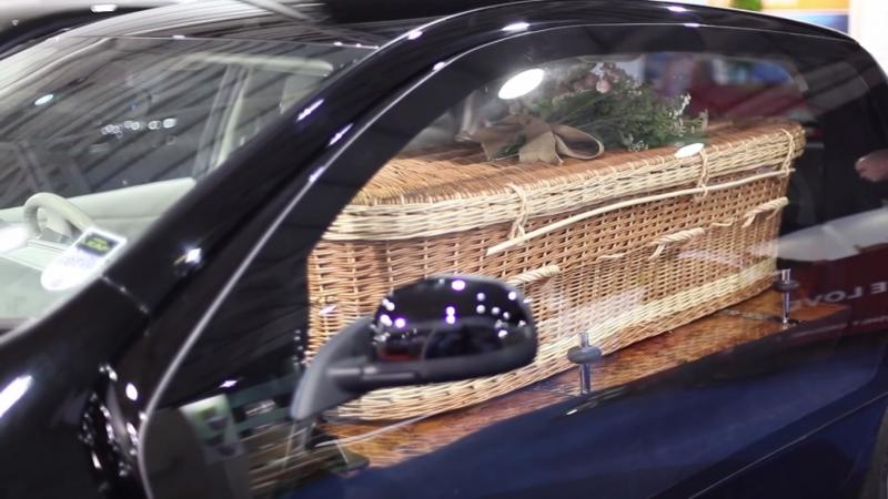 Najbizarnejší pohrebák: elektrický Nissan Leaf s prútenou rakvou?