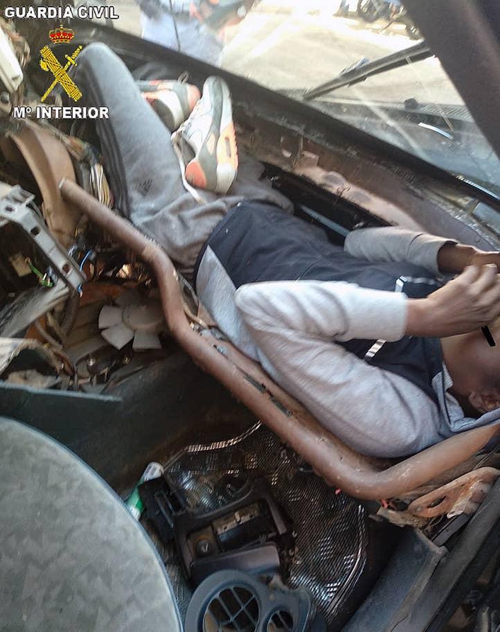 Najbizarnejšia skrýša utečenca v aute, prevážal sa v palubnej doske!
