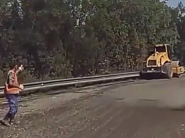 Rozbehnutý valec vs. cestári